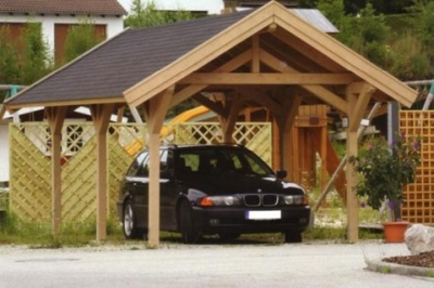 Drewniana wiata wolnostojąca z dwuspadowym dachem